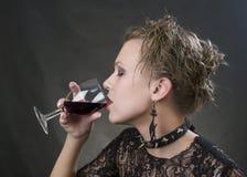 härlig blond dricka wine Arkivbild