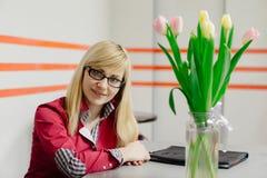 Härlig blond flicka för affär med tulpan Royaltyfri Foto