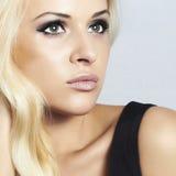 Härlig blond flicka för närbild med gröna ögon. skönhetkvinna Arkivbilder