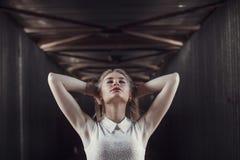 Härlig blond flicka i en fot- tunnel Grubbla och myste Arkivbild