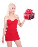 Härlig blond flicka i röd ask för klänningholdinggåva Fotografering för Bildbyråer