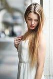 Härlig blond flicka i stads- bakgrund Royaltyfria Foton