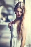 Härlig blond flicka i stads- bakgrund Royaltyfria Bilder