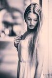 Härlig blond flicka i stads- bakgrund Arkivbilder