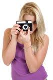 Härlig blond flicka med den gamla kameran Royaltyfri Bild