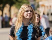 Härlig blond flicka med hawaianska girlander Arkivfoto