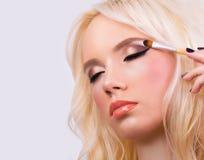 Härlig blond flicka med perfekt makeup royaltyfria bilder