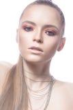 Härlig blond flicka med rosa hår och en slät skinande makeup Härlig le flicka arkivbilder