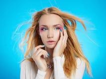 Härlig blond flicka med smink Royaltyfri Foto