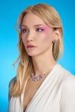 Härlig blond flicka med smink Royaltyfria Bilder