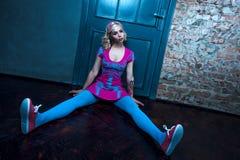 Härlig blond flicka med två råttsvansar, med idérikt dockasmink: rosa glansiga kanter, bärande rosa skelett- klänning som poserar Royaltyfria Foton