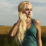 Härlig blond flicka på field.beautyen woman.nature Arkivbilder