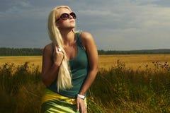 Härlig blond flicka på field.beautyen woman.sunglasses Arkivbilder