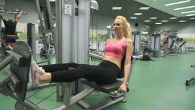 Härlig blond flicka som är förlovad i idrottshallen inomhus stock video