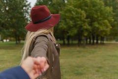 Härlig blond flicka som går i parkera arkivfoton