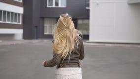 Härlig blond flicka som går i parkera arkivfilmer