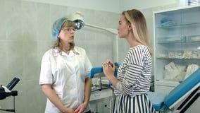 Härlig blond flicka som konsulterar med gynekologen arkivfilmer