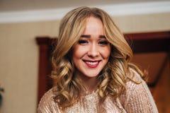 Härlig blond flicka som poserar för kameran Royaltyfria Foton