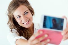 Härlig blond flicka som tar selfie Isolerat på vit Royaltyfri Foto