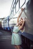 Härlig blond flicka som väntar på drevet på stationen romantiker delikat blick Royaltyfria Foton