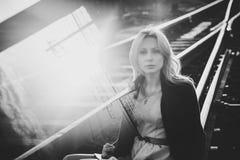 Härlig blond flicka som väntar på drevet på stationen romantiker delikat blick Royaltyfri Fotografi
