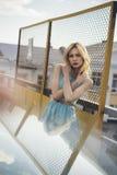 Härlig blond flicka som väntar på drevet på stationen romantiker delikat blick Arkivfoton
