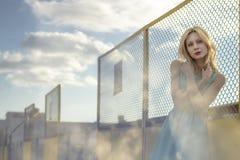Härlig blond flicka som väntar på drevet på stationen romantiker delikat blick Arkivfoto