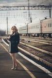Härlig blond flicka som väntar på drevet på stationen romantiker delikat blick Arkivbild
