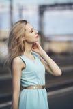 Härlig blond flicka som väntar på drevet på stationen romantiker delikat blick Royaltyfri Bild