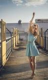 Härlig blond flicka som väntar på drevet på stationen romantiker delikat blick Royaltyfri Foto