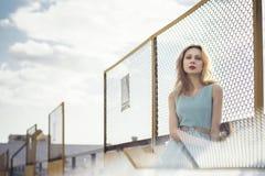 Härlig blond flicka som väntar på drevet på stationen romantiker delikat blick Royaltyfria Bilder