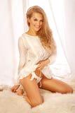Härlig blond flicka som vaknar upp på morgonen Royaltyfri Bild