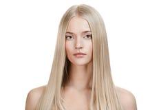 Härlig blond flicka. Sunt långt hår arkivbilder