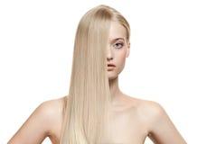 Härlig blond flicka. Sunt långt hår royaltyfri bild