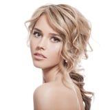 Härlig blond flicka. Sunt långt lockigt hår. Arkivbild