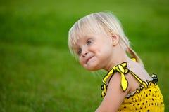 härlig blond flicka utanför Royaltyfria Foton