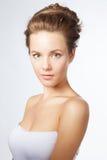 Härlig blond flickaportret på vit Fotografering för Bildbyråer