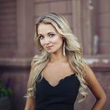 härlig blond flickastående royaltyfri bild