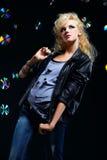 härlig blond flickavippa Arkivfoton