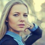 härlig blond framsidakvinna Slut upp ståenden av ett mode fema Arkivfoton