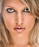 härlig blond framsidaståendekvinna Royaltyfri Foto