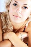 härlig blond glosestående upp kvinna royaltyfri bild
