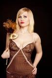 härlig blond guldmaskering Royaltyfri Bild