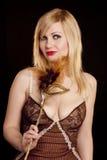 härlig blond guldmaskering Royaltyfri Fotografi
