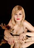 härlig blond guldmaskering Royaltyfri Foto