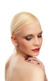 härlig blond hårkortslutningskvinna Arkivfoto
