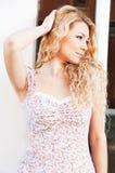 härlig blond hårståendekvinna Royaltyfria Foton