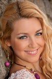 härlig blond hårståendekvinna Royaltyfri Foto