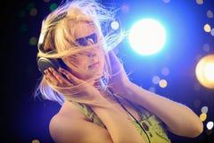 härlig blond hörlurar Fotografering för Bildbyråer