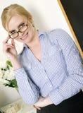 Härlig blond intellektuell kvinna i sätta inutbildningen Royaltyfri Bild